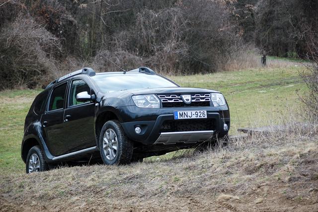 Íme a magyarok kedvenc új autója. Mármint azoké a magyaroké, akiknek nem Rt-re, Kft-re, minisztériumra vagy főkapitányságra végződik a nevük. A Dacia Duster kicsit terepjáró, de főként nagyon eltalált, olcsó tömegautó