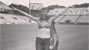 Na ki ez a maszkot viselő melltartós nő?