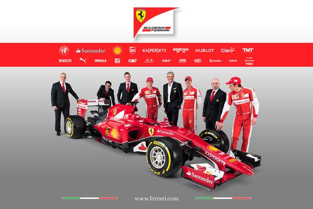 Raikkönent mindenki felismeri, jobbján James Allison technikai igazgató, balján - nyakkendő nélkül - az új olasz csapatfőnök, Maurizio Arrivabene, mellette Vettel, a harmadik overallos a tartalék pilóta, Esteban Gutierrez