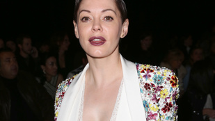 Rose McGowan mélyen dekoltáltan divatbemutatózott