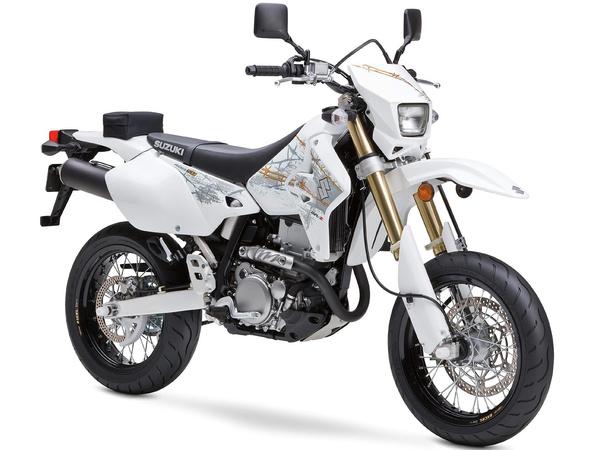 Suzuki DR-Z400SM - gyári állapotban. Vagy ezt tuningoljuk DR-Z400E erejűre, vagy az E-t alakítjuk át szupermotónak. Mindkettő járható út