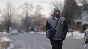 33 kilométert gyalogol minden nap, hogy eljusson a munkába