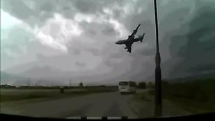 Sokkoló látni a videóra vett repülők zuhanását
