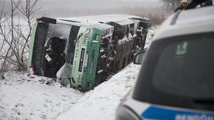 Felborult egy 60 embert szállító volánbusz - sok sérült