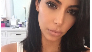 Kardashian levágatta a haját de azért segget is mutatott