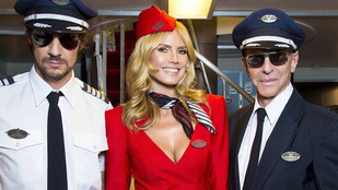 Heidi Klum elképesztően dögös légikísérőnek öltözött