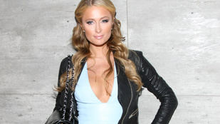Paris Hilton a New York-i divathétre is elvitte megnőtt melleit