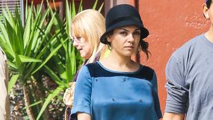 Mila Kunis melltartó nélkül flangált