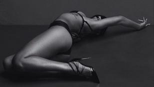 Rihanna művészien villantja meg melleit