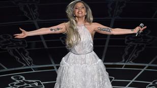 Legenda született: Lady Gaga gumikesztyűben bálozott