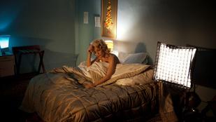Gillian Anderson fülledt jelenetekben rendezi magát