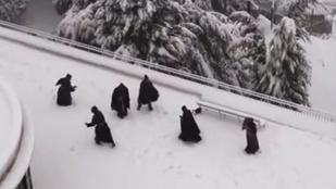 Ilyet is rég látott: hógolyózó szerzetesek