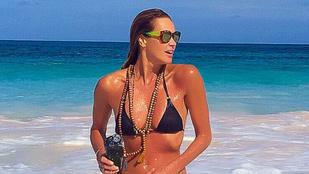 Így néz ki az 50 éves Elle Macpherson bikiniben