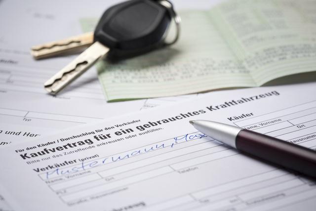 A német áfa tizenkilenc, a magyar huszonhét százalék az autók esetén. Amíg ez így lesz, sokan akarnak kaszálni a csalásokkal. A félig kitöltött adásvételivel érkező autók egy részét sosem kapcsolja le az adóhatóság, mert a kinti magáneladó egy ittenivel szerződik, igaz, ez utóbbi ezt havonta tucatszor ismétli