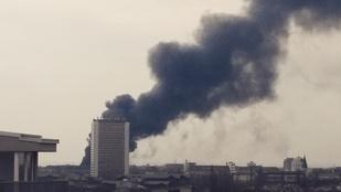 Lángokban állt egy raktárépület Pesten