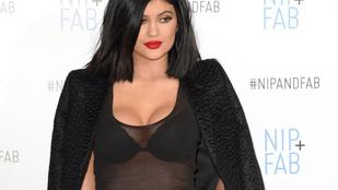 Kylie Jenner durván kipakolta mellét