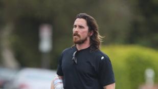 Ilyen, amikor Christian Bale a szájában matat
