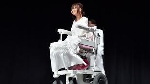 Látássérült és kerekesszékes modellek vonultak a kifutón Japánban