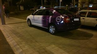 Járdán parkolt az MTVA kocsija