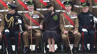 Egy katona Katalin orra alá fingott