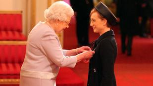 Kristin Scott Thomas fintorgott egyet II. Erzsébet királynőnek