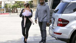 Kim Kardashian gigantikus tevepatával hordárkodik