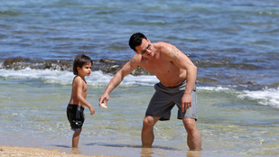 A kis Kamakanaalohamaikalanit izmos apukája strandoltatta