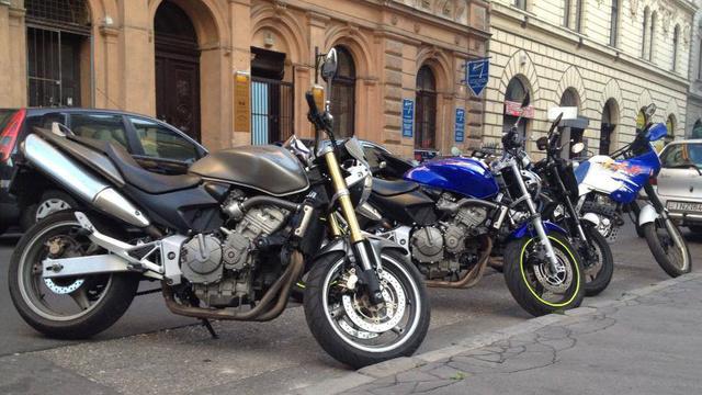Jó kiállású motorok, a négyből kettőt el lehetett volna hozni a keretből
