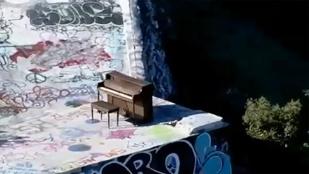 Napi rejtély: hogy került ez a zongora egy hegy tetejére?