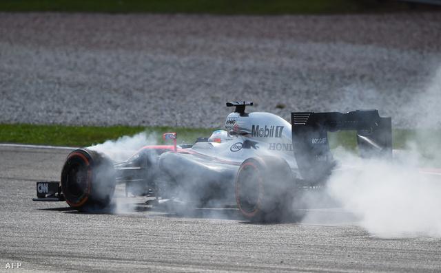 Nem a McLaren-Honda füstölt el, Alonso fékezett későn