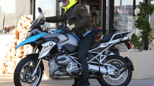 Így motorozik Orlando Bloom