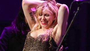 És most tekintse meg Courtney Love mellközét!