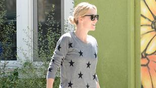 Charlize Theron mégis mit csinál itt pizsamában?!