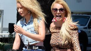 A nap képe: A diszkóbarbie-nak öltözött Britney Spears kibuggyanó hasa