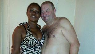 Ennek a férfinak az a hobbija, hogy afrikai nőkkel szívatja magát