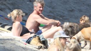 Sean Penn a tengerparton tapizta Charlize Theront