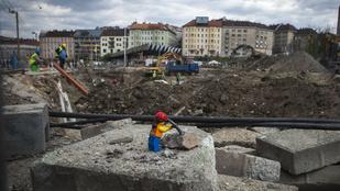 Keményen dolgozó kis emberek építik a Moszkva teret
