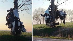 Brutális baleset: fán lógott az összetört autó
