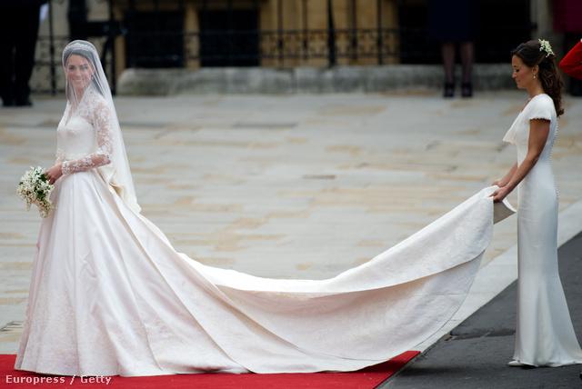 502b79426b Kate Middleton McQueen-ruháját sokan tökéletes esküvői ruhának tartják.