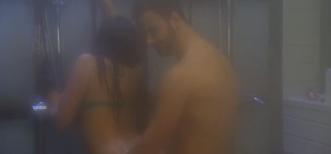fekete köntös szex jelenet
