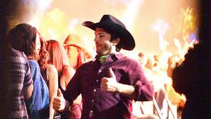 Ashton Kutcher tökéletesen hozza a cowboy kalapos bunkót