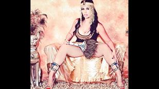 A piramisok előtt vetkőzött a pornós, de a hatóságoknak ez nem tetszett