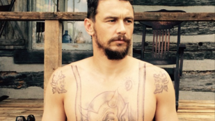 Ilyen James Franco tetovált felsőtesttel