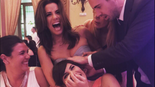 Eva Longoria viccesen kínos helyzetbe került egy esküvőn