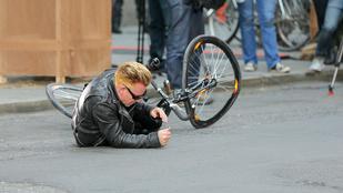 Szeretné látni, ahogy Bono hatalmasat esik bicikilivel?
