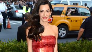 Önt mire emlékezteti Amal Clooney ruhája?