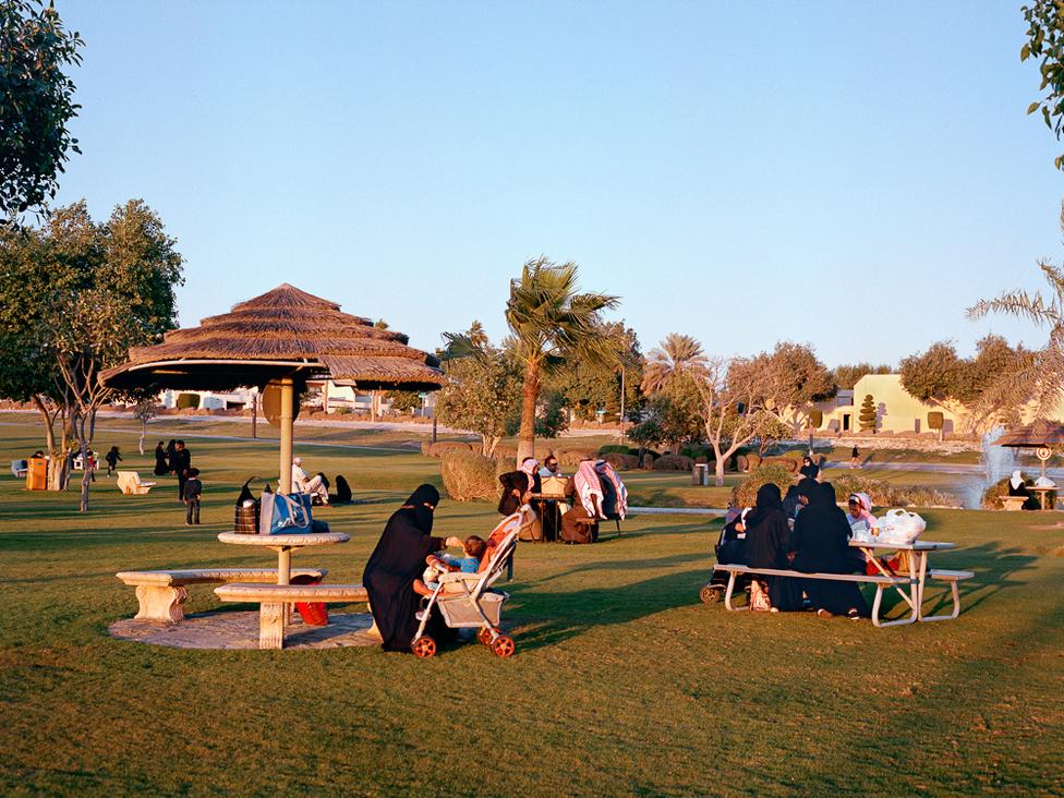 A dhahrani golfpálya egyik szegletében kialakított tavacska és park a Rolling Hills Boulevard és a Canyon Road találkozásánál. Mintha tényleg nem is a sivatagban érezné magát az ember. A golfpálya körül futópályát építettek ki az alkalmazottaknak.
