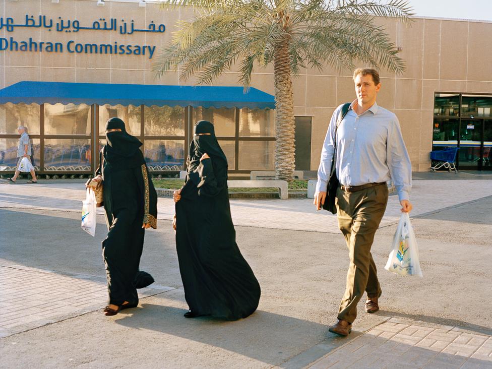 A bevásárlóközpont előterében. A városban nagy hagyománya van a helyi termelői piacnak is. Dhahranban közel négyezer család él.