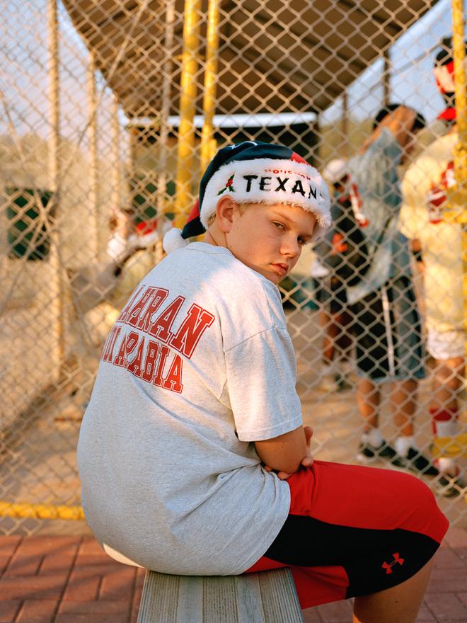 Karácsonyi hangulat napsütésben egy softball-meccsen. Dhahranban minden évben softball-meccset tartanak azoknak a fiataloknak, akik középiskolába még helyben jártak, de utána a felsőfokú tanulmányaikat már külföldön, jellemzően az Egyesült Államokban végzik, időről időre azonban hazatérnek.