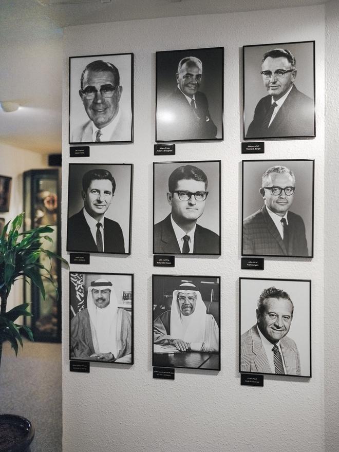A Szaúdi Aramco vezérigazgatói 1959-től napjainkig. A legalsó sorban jobb szélen látható Khalid A. Al-Falih 2009 óta vezeti a vállalatot. Az 1930-as években még csak a végtelen sivatag volt azon a helyen, ahol most egy több tízezres város emelkedik. Nem voltak autók, légkondícionálók, megfelelő utak. Fúrógépeket és eszközöket Oklahomából és Texasból, geológusokat Dakotából és Kaliforniából hoztak. Helyi szaúdiakkal együtt aztán ők fektették le a mai Dhahran alapjait.